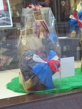 football,chocolat,coq,cocardier,nationalisme,tricolore,bleu blanc rouge,publicité,vitrine,commerce
