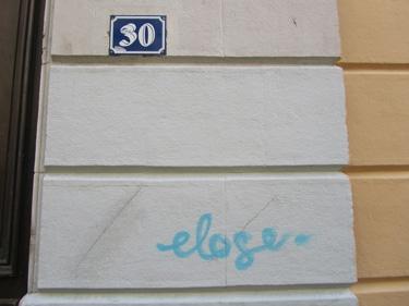 bleu,couleur,graffiti,street art,streetart,mur,ville,folie,éloge de la folie