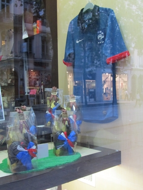 football,chocolat,coq,cocardier,nationalisme,tricolore,bleu blanc rouge,publicité,vitrine,commerce